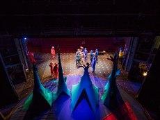 Демонстрация за деца как се разваля и строи декор в театър