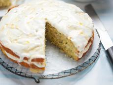Торта с тиквички, крема сирене и шамфъстък