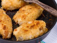Пиле с пармезанова коричка и сметанов сос