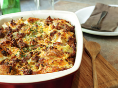 Запеканка с хляб, зеленчуци и сирене