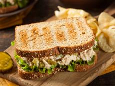 Сандвич с риба тон, ябълка и кисела краставичка