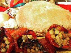 Постни пълнени чушки с боб и маслини