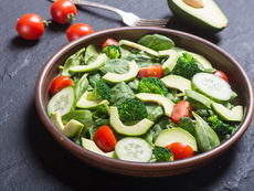 Веган салата с авокадо, броколи, шамфъстък