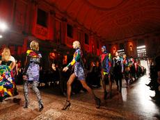 Каре и ярки цветове в колекцията на Versace