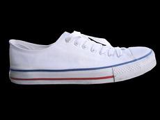 Как да почистим петната от белите обувки?
