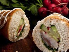 Сандвич с маринована херинга и дресинг с горчица