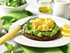 Тост с яйца, авокадо и пармезан