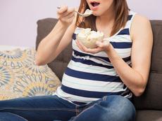 Неистов глад за някои храни през бременността – какво означава?