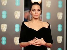 Анджелина Джоли махна фамилията на Брад Пит от името си