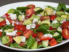 Здравословна салата със спанак и авокадо
