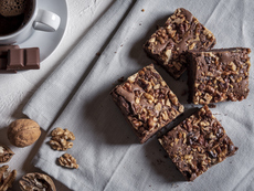 Брауни с черен шоколад, орехи и ванилия