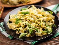 Спагети със спанак, козе сирене и кедрови ядки