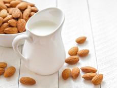 Защо бадемовото мляко е чудесен заместител на животинското?