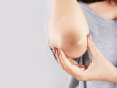 Как да освежите грубата кожа по лактите и коленете