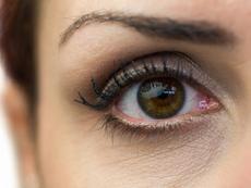 Как да забавим появата на бръчки около очите?
