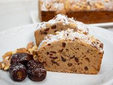 Кекс с фурми, орехи и маслен сос с кафява захар