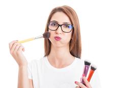 Грешки в грима, които да избягвате, ако носите очила