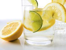 Наистина ли водата с лимон помага в отслабването?