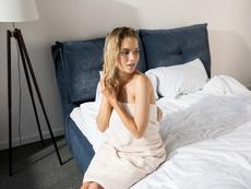 Защо е вредно да спите с мокра коса?