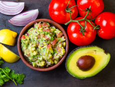 Гуакамоле с домати и чесън