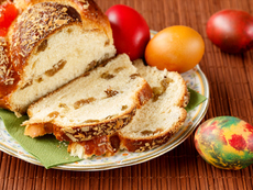 Козунакът със стафиди и бадеми си остава любим на българите