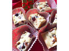 Коледен фъдж с бял шоколад, орехи и червени боровинки