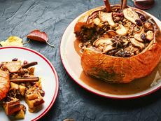 Пълнена тиква с плодове, ядки и мед