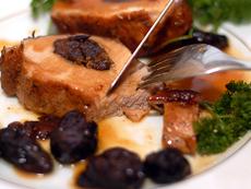 Свински стек със сини сливи и сметана