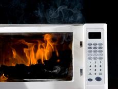 Какво никога да не топлим в микровълновата?