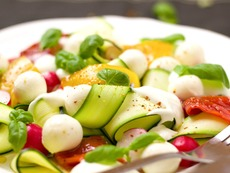 Свежа салата с пресни тиквички, моцарела и праскова