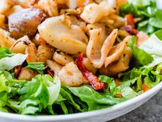 Азиатска салата със скариди и авокадо