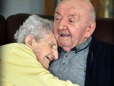 Трогателната история на 98-годишна майка и 80-годишния й син