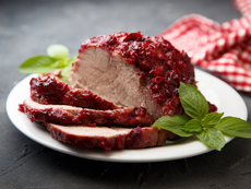 Свинско филе със сос от червени боровинки