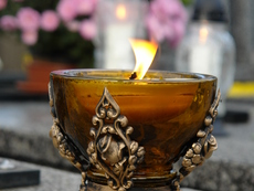 Ароматна свещ с масло от цитронела гони насекомите
