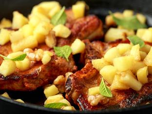 Сочни свински котлети с ябълки и лук