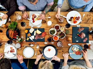 Етикет за хранене – кога ползваме прибори и кога хапваме с ръце?