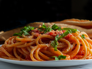 Спагети с домати, лук и босилек