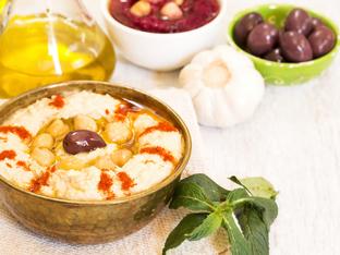 Домашен хумус с нахут и маслини