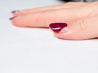 Неочаквани навици, които силно увреждат ноктите