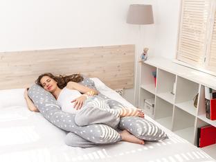 Защо е полезно да спите с възглавница между краката?