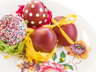 Великденски яйца, декорирани със захарни пръчици