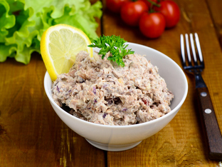 Салата с риба тон, авокадо и запечени ядки