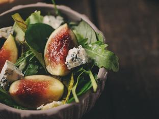 Салата със спанак, синьо сирене и смокини