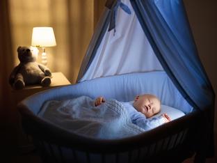 Как да помогнете на бебето да спи в горещите нощи