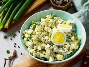 Яйчена салата с грах и шунка