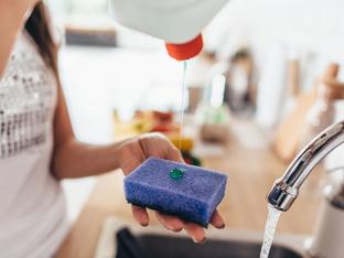 Най-честите грешки, които правим с гъбата за миене на съдове