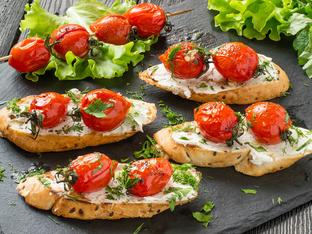 Брускети с рикота и запечени чери домати