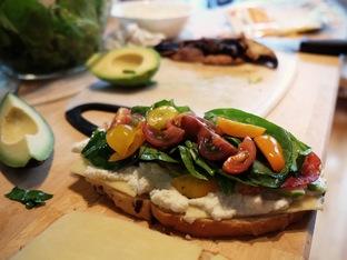 Сандвич с бекон, авокадо и спанак