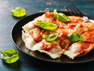 Тортелини с доматен сос и пармезан