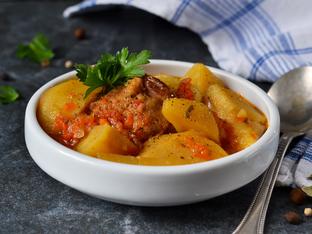 Пилешка яхния с картофи и моркови
